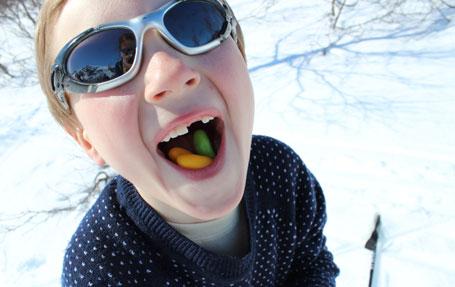 Korleis skal du unngå at påsketuren blir ein fiasko? Friluftsambassadøren Ingebjørg Nondal tilrår i alle fall godteri på tur med familien. Foto: Privat