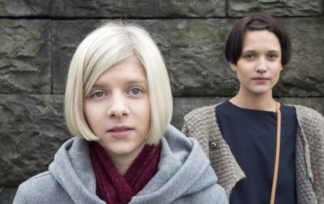 Når Aurora Aksnes står på scena eller spelar inn musikkvideo, har søstera Viktoria laga kleda. Foto: Kari Nygard Tvilde