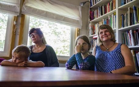 Den samiske versjonen av den interaktive e-boka om «Jakob og Neikob» vart vist for førskulegruppa i Samisk barnehage på Tøyen i Oslo. Frå.v.: Mika (5), språkleg ansvarleg Mâre Helander, Margrethe (5) og Gerd Bostrøm.