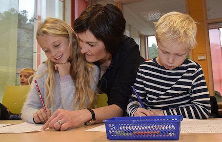 Anette Nerhus Bjelland og Noah Hovland og nokre av dei flinke skrivarane i klassen til Hildegunn Sæbø Heimro.