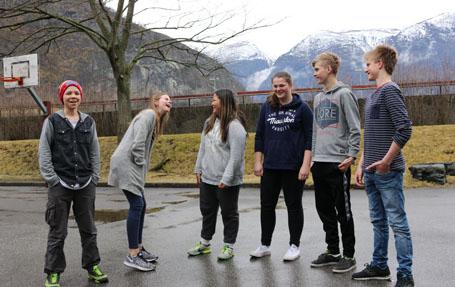 Simen Kjos Mørkedal (13), Margrethe Tokvam (15), Sara Høydal (13), Tonje Stegen (16), Stein Joar Kvam (15) og Christopher Skjerdal (16) har klare meiningar om framtida til bygda.