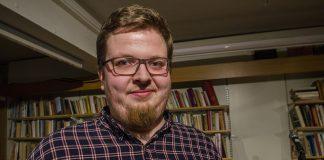 Kommunikasjonsrådgjevar i Mental Helse Ungdom, Adrian Lorentsson, har sjølv opplevd korleis det å ikkje setja ord på kjensler kan gå på den psykiske helsa laus.