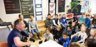 7.klassen til lærar Jørgen Belt ved Tjødalio skule opnar nesten kvar skuledag med song. Der er svært sjeldan for eldre elevar, og kan bli endå sjeldnare. Foto: Henrik Mundal Andreassen/Sunnhordland