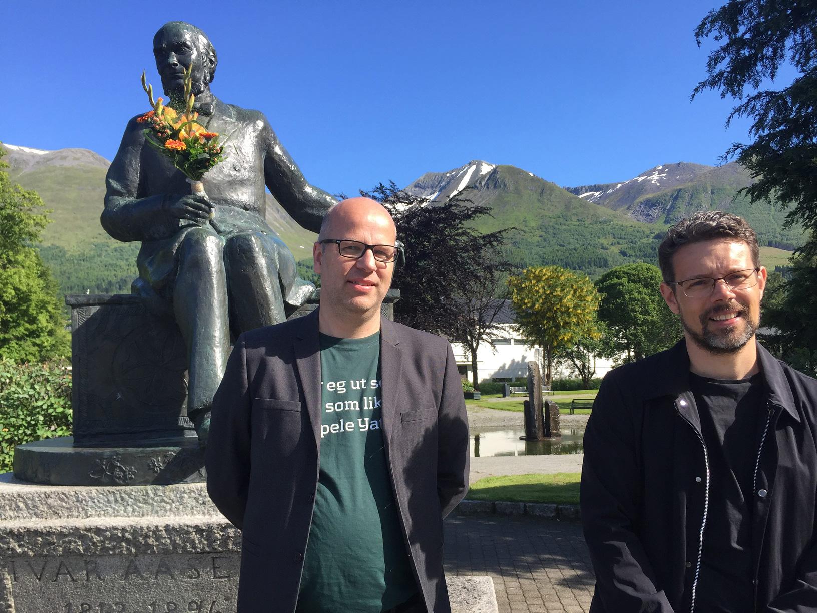 Dagleg leiar i Aasentunet Gaute Øvereng saman med festspeldiktar Lars Mæhle. Foto: Karoline Riise Kristiansen/NPK