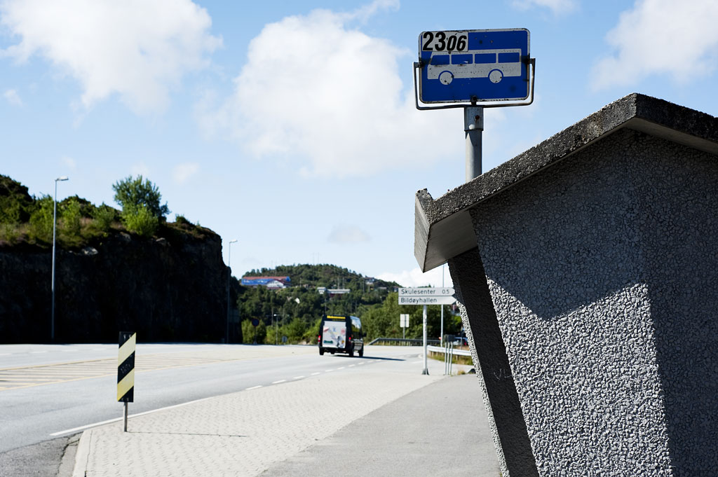 Fjell kommune rullar inn dei nye stadnamna. Skyss hjelper til, så bussrutene vert riktige. Foto: Hordaland fylkeskommune