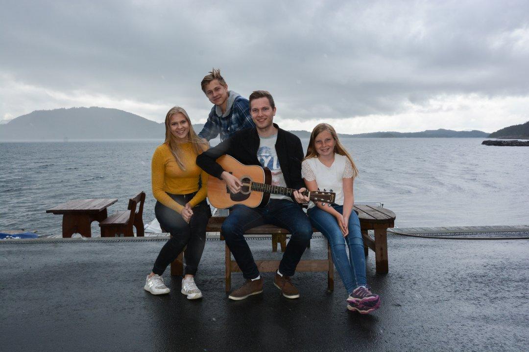 65 års dikt Desse fire søskena laga melodi til 55 år gamalt dikt 65 års dikt