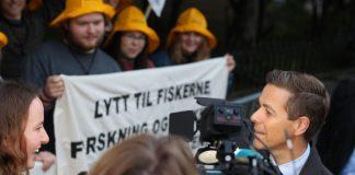 Natur og Ungdom-leiar Ingrid Skjoldvær møtte både KrF-leiar Knut Arild Hareide og Venstre-leiar Trine Skei Grande utanfor statsministerbustaden onsdag kveld.
