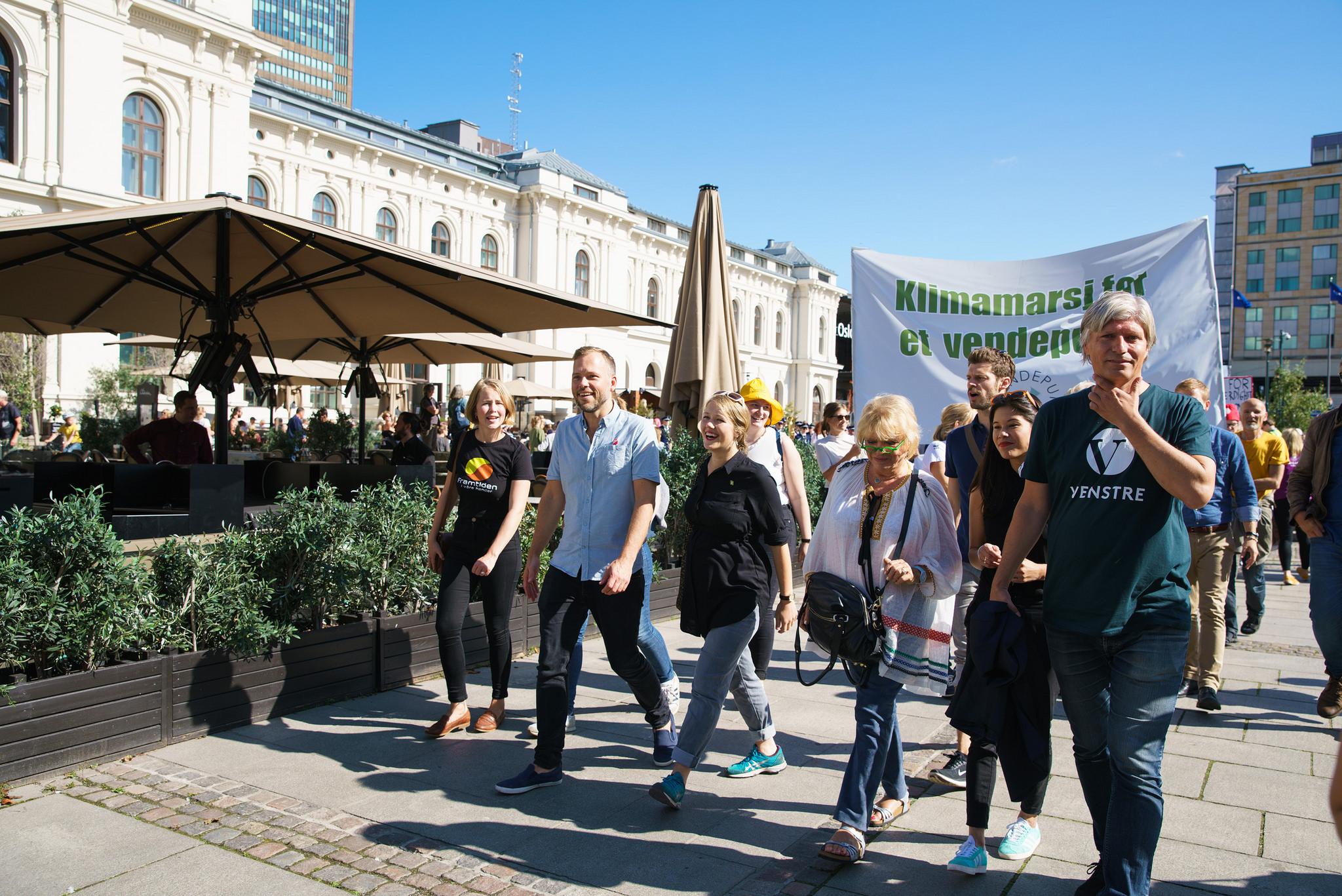 Leiande politikarar frå MDG, SV, Raudt og Venstre på klimamarsj i Oslo sentrum.