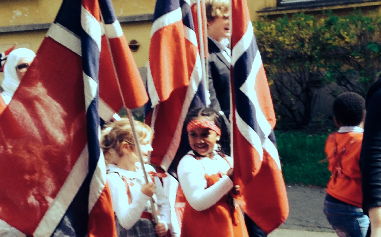 Borna i Askeladden barnehage syng seg stolte over å vera del av det landet me bur i, takka vera engasjerte og dyktige tilsette som ser verdien i songskatten vår, skriv Svein Olav B. Langåker.
