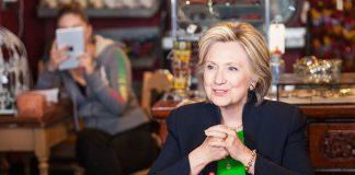 – For lenge sidan, i ein galakse langt, langt unna, var det å få håret og sminka fiksa ein luksus ein gong i blant. Å måtta gjera det kvar dag tar bort moroa, skriv Clinton i boka «What Happened». Her frå ein valkampstopp på ein kafé i Iowa i 2015.