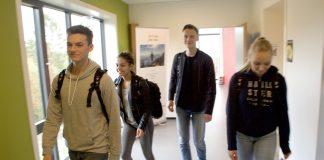 Frå venstre: Viljar Engesund Smith, Noora Lindeflaten, Henrik Hatlevik og Celine Huse har vore med på å laga spørjeundersøkinga blant førstegongsveljarar i tredjeklasse på vidaregåande skular i Noreg.