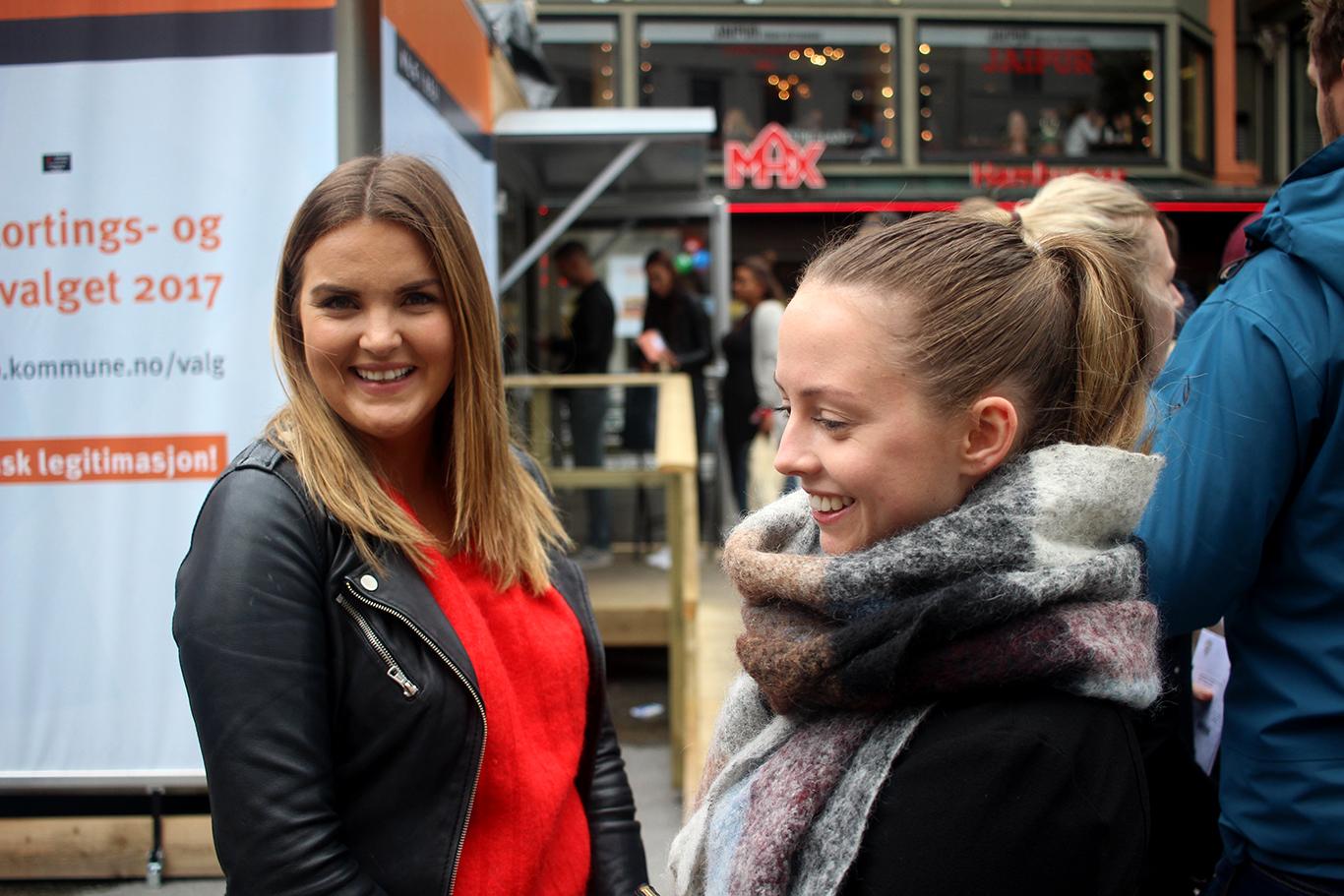 Studentane Ingveig Sveen Eilertsen (24) og Ann Harriet Granberg (23) har ikkje hatt tid til å følgja mykje med på debattane i valkampen, men utnytta den siste dagen av førehandsrøystinga i Oslo.