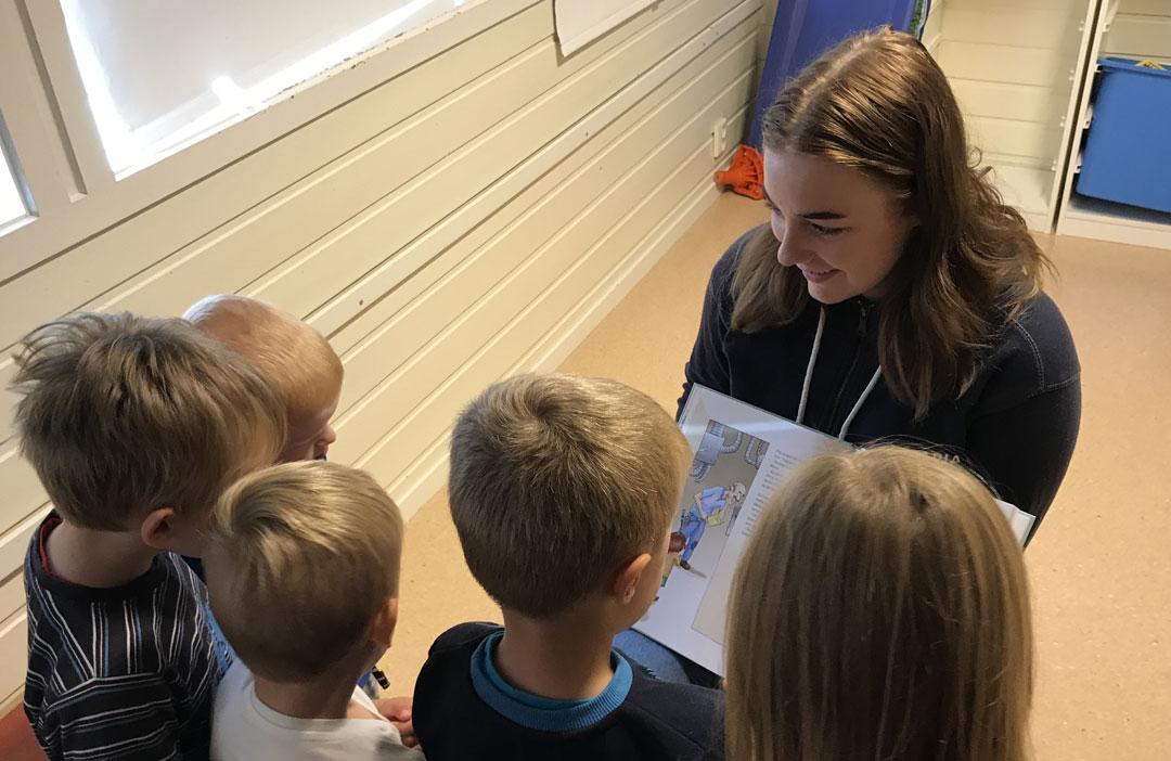 Maria Rye (17) har brukt veka på å lesa for barn i tre barnehagar i Radøy. Foto: Katarina Birkeland