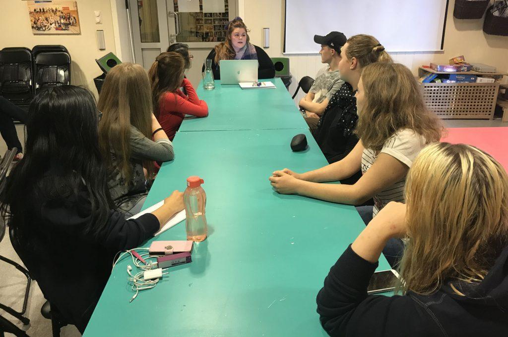 Mariell Øyre (ved enden av bordet) heldt bloggkurs for ungdom. Foto: Katarina Birkeland