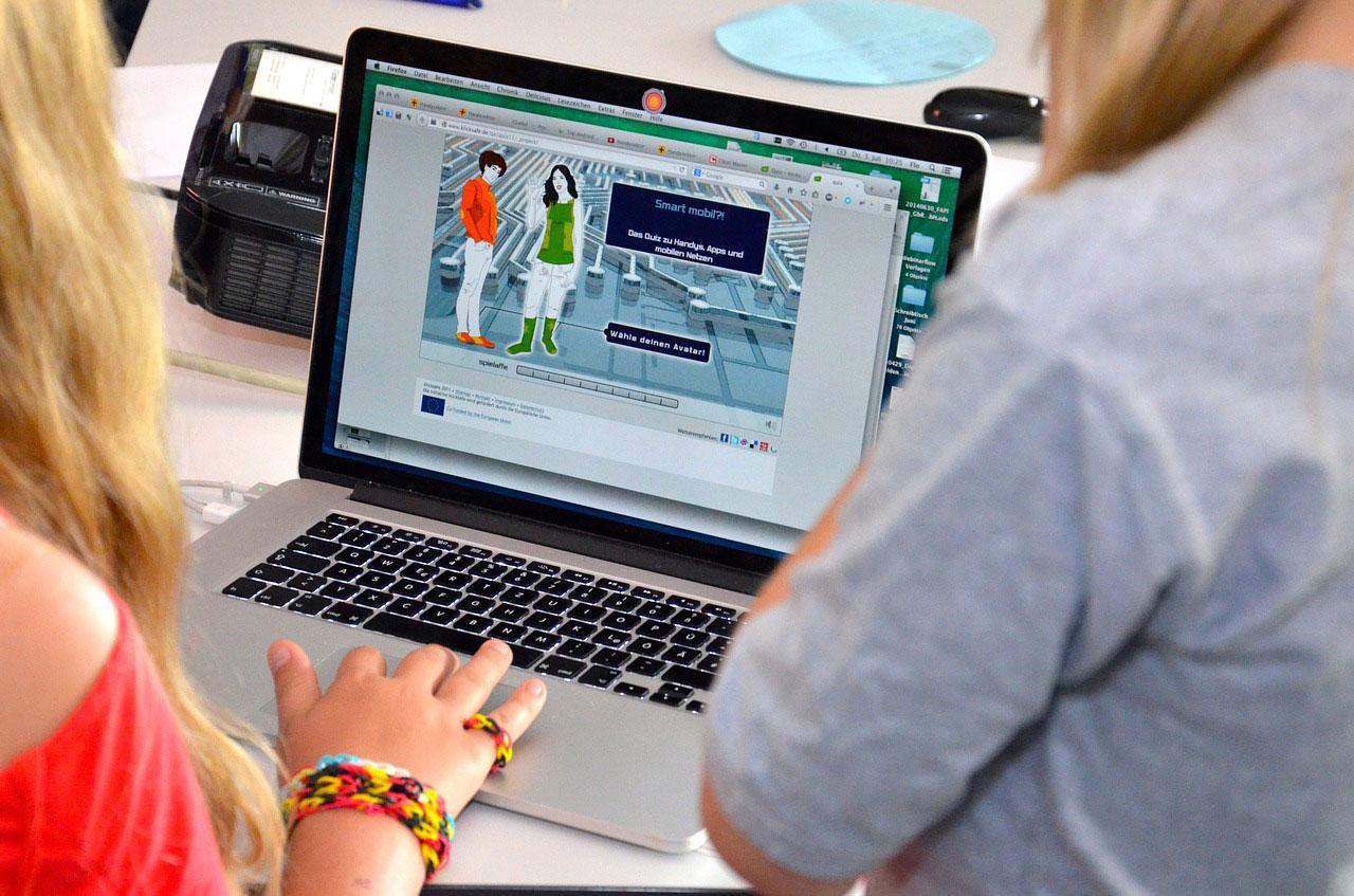 Blant klassane på nynorske barneskular som bruker nettbrett eller pc minst éin gong i veka, er det 77 prosent som bruker digitale læringsressursar og læremiddel som berre finst på bokmål. Foto: Pixabay