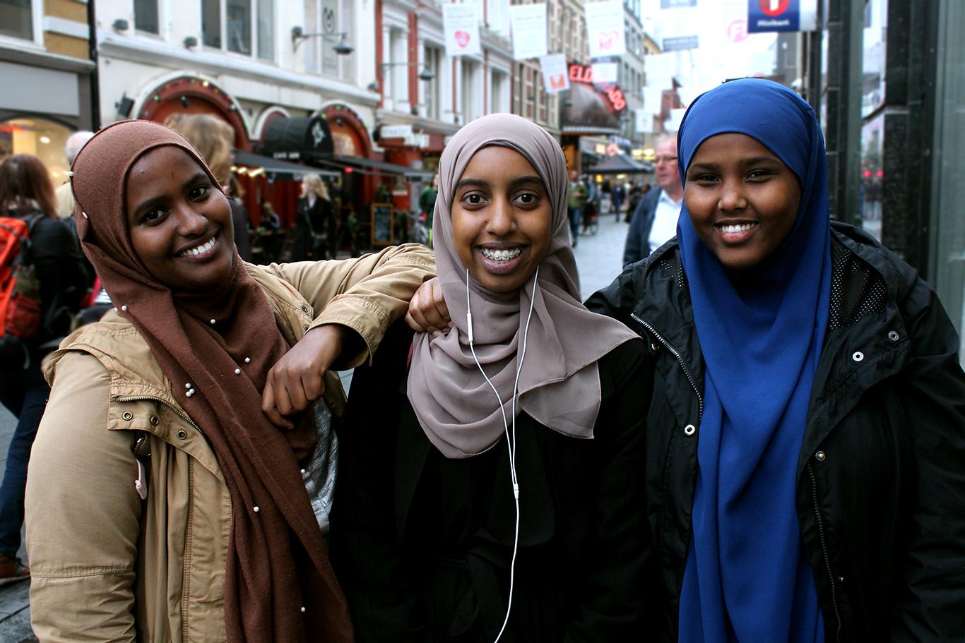 Fra høgre: Naima (17), Shukri (17) og Ikhra (16).