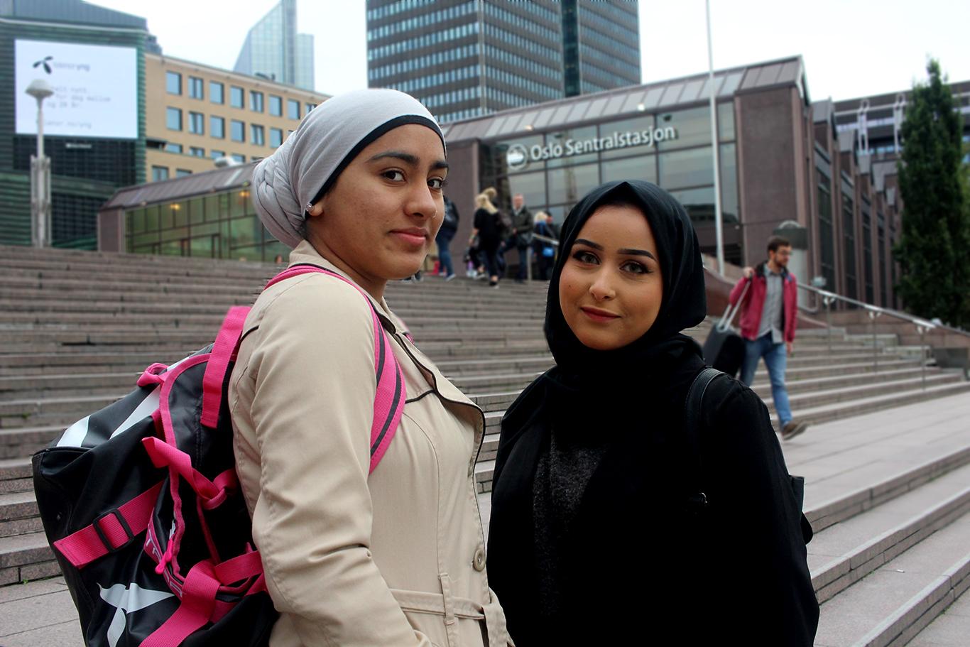Zainab (18) og Hana (19).