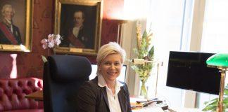 Finansminister Siv Jensen (Frp) på kontoret sitt.