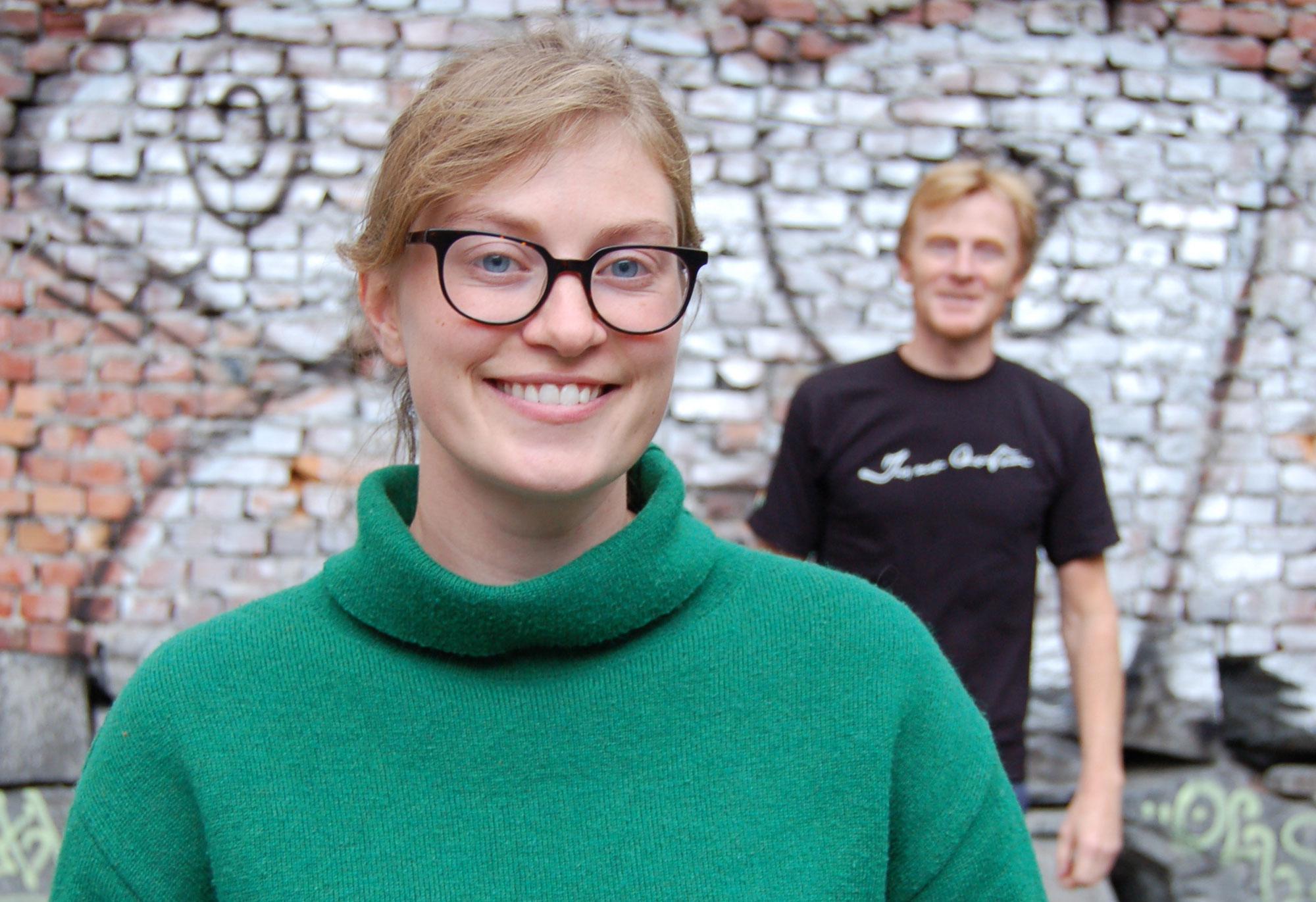 Guro Kvalnes er prosjektleiar for jubileet til Samlaget. Forlagsdirektør Edmund Austigard bak. Foto: Kjartan Helleve