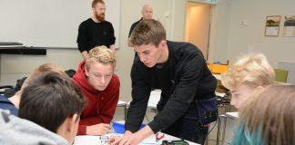 Fredag blei VG1-elevane på elektrolinja til KVV kursa i skøyting av fiberkablar. Lærling Eivind Tofte viste først korleis dei skulle kutta kablane i den vesle boksen. Etterpå skulle to kablar skøytast saman i skøytemaskina til høgre.