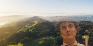 Det er som å flyge over fjell og dalar, og du flyg oppover og nedover i takt med landskapet. Men så må du lande i ein mørk og skummel skog, skriv Kristofer Olai Ravn Stavseng om den første symfonien han spelte i som 14-åring. Foto: Unplash/privat