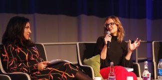 Jennifer Niven (til høgre) blei intervjua av Tara Moshizi under bokmessa i Gøteborg i slutten av september. Foto: Runar B. Mæland