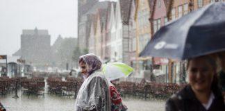 I framtida blir det enno meir regn og storm heile året på bryggja i Bergen og andre stader på Vestlandet. Foto: Mona Maria Løberg / Naturvernforbundet Hordaland