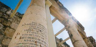 Inskripsjonar på ei romersk søyle i Capernaum, i dagens Israel.