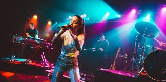 Sigrid Solbakk Raabe (21) er ein av dei yngste artistane gjennom tidene som har vunne BBC sin «Sound of». Her står ho på scenen og syng