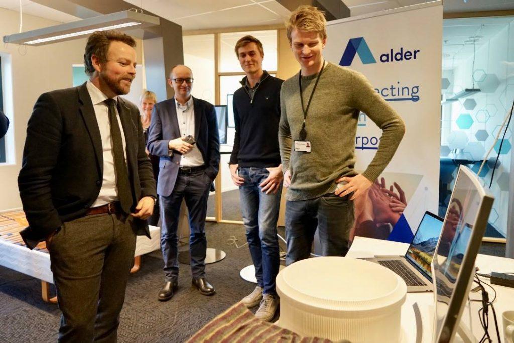 Torbjørn Røe Isaksen ser på strikkemaskina til Asbjørn Rørvik som er oppfinnar.