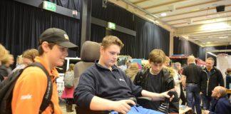 Det blir ein jobb i gravemaskin. På yrkesmessa fekk dei prøve seg i simulatoren, f.v. Henrik Dybsjord, Jonas Haugen og Anders Warlo Totland.