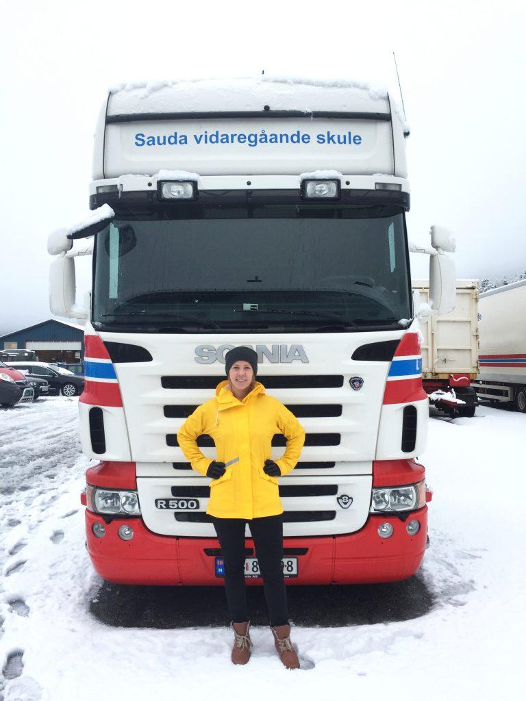 Christine er klar for å lære studentane å køyre trailer. Foto: Privat