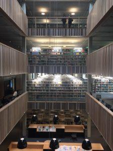 Biblioteket innvendig.