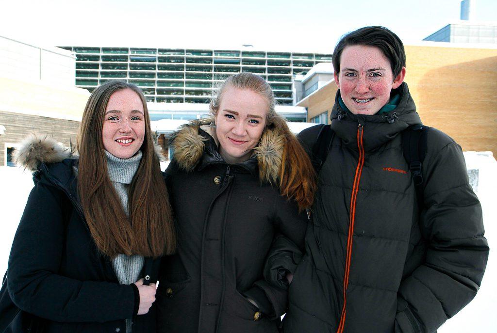 Både Emilie Erdal, Rebecca Brenna og Wilfred Lie gler seg til å bli ferdig med vidaregåande og å byrje å studere. Foto: Beate Haugtrø