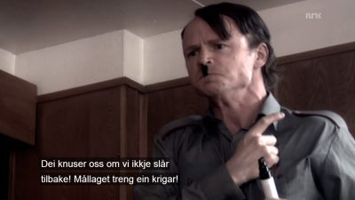 Harald Eia får Hitlerbart i Noreg über alles. Skjermdump frå NRK.