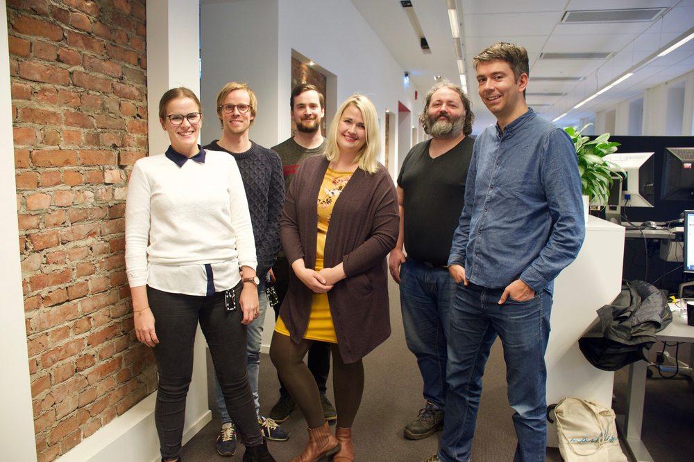 Ragnhild Sofie Selstø, Christian Wiik Gjerde, Runar B. Mæland, Janne Nerheim, Arnt Olav Foseide og Svein Olav B. Langåker på kontoret på kontoret til Framtida.no i Oslo.