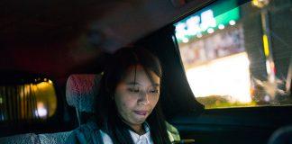 Jenny Chang er ein aktiv brukar av sosiale medium. Ho har også ein eigen, fleirspråkleg podcast der ho meldar filmar. (Foto: Amanda O. Berg)