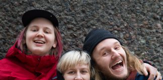 Ida Charlotte Bratteberg Jakobsen (28) på vokal og gitar, Ragnhild Nelvik Bruseth (30) på trommer, og Alexander Didriksen (28) på bass, er Intetskjønn. Foto: Beate Haugtrø