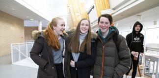 Rebecca Brenna, Emilie Erdal og Wilfred Lie gler seg til å bli ferdig med vidaregåande og å byrje å studere. Foto: Beate Haugtrø