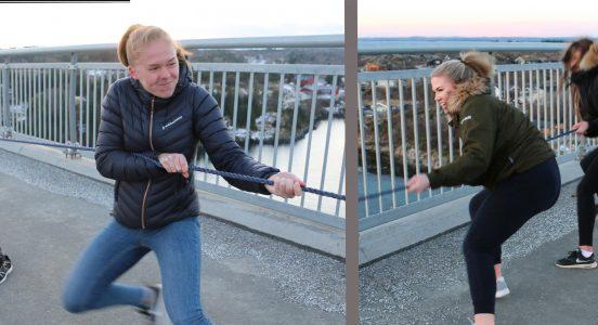 På kvar si side av brua mellom Hitra og Frøya markerte dei at innsamlingsaksjonen var i gang. Aksjonsleiar Thea Arntsen (t.v.) og Sara Meyer (t.h.). Foto: Lars Otto Eide, Hitra-Frøya