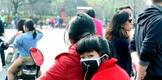 Jente med munnbind i den kinesiske byen Hangzhou. Foto: Ragnhild Sofie Selstø.