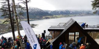 Fredag var det storstilt opning av dagsturhytta på Sandane. Hytta er den første av i alt 26 dagsturhytter i Sogn og Fjordane. Foto: Jan Kjetil Øygard / Gloppen kommune