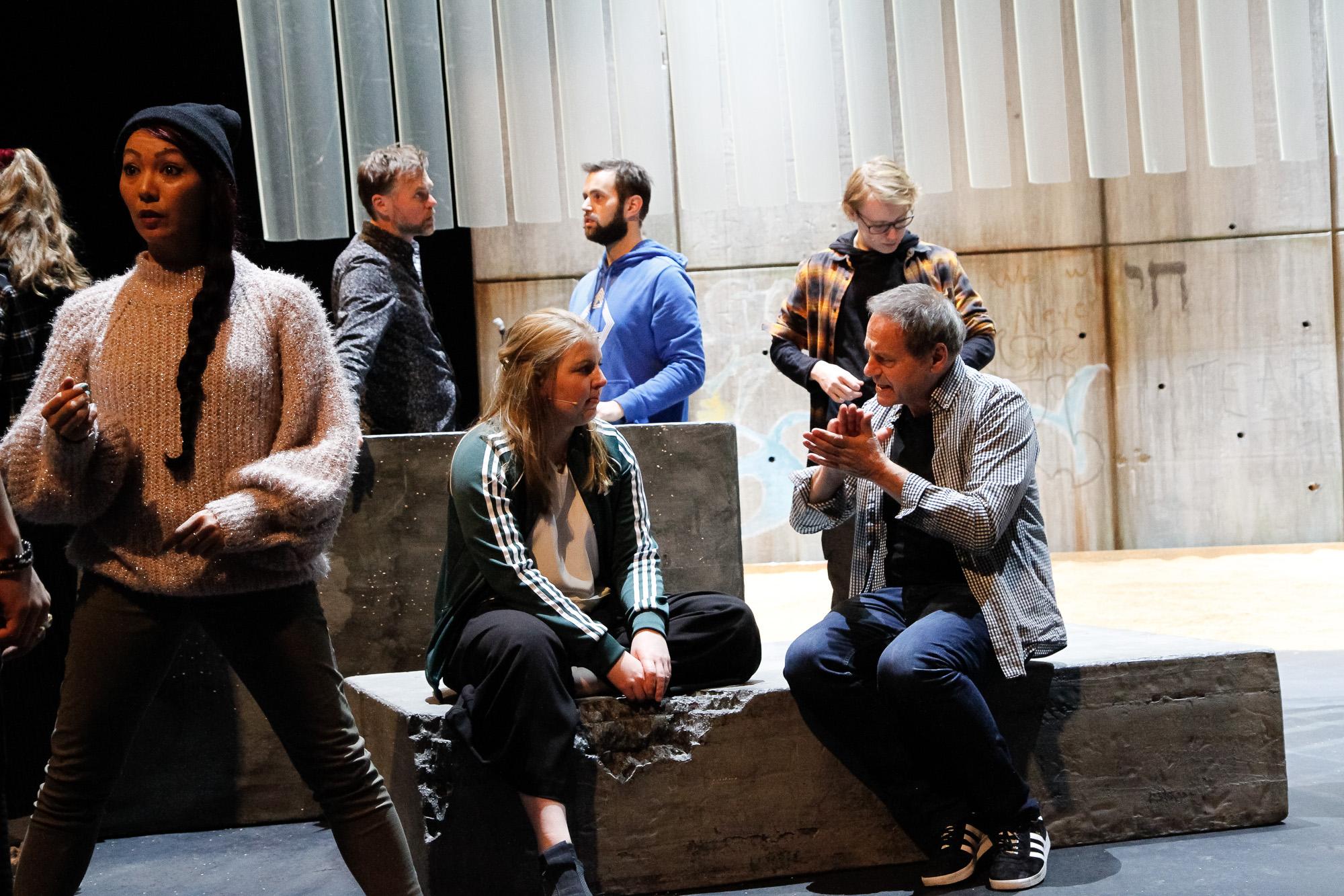 Førebuing på scena tre dagar før premiere. Sitjande: Siri og regissør Svein Tindberg. Foto: Beate Haugtrø