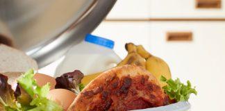 I gjennomsnitt kastar kvar nordmann kvart år 42,1 kilo mat som kunne har vore eten. Foto: iStockPhoto / Grønt punkt Norge