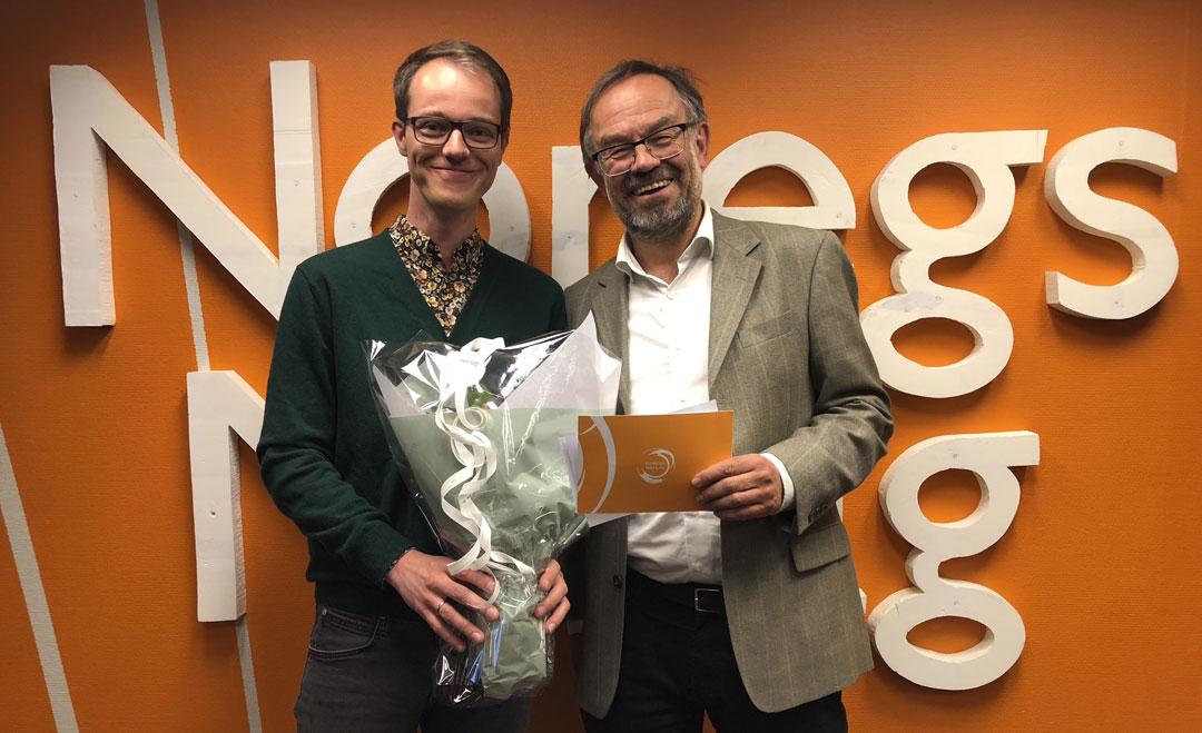 Åsmund H. Eikenes fekk nynorskstipendet av Magne Aasbrenn i Noregs Mållag. Foto: Noregs Mållag