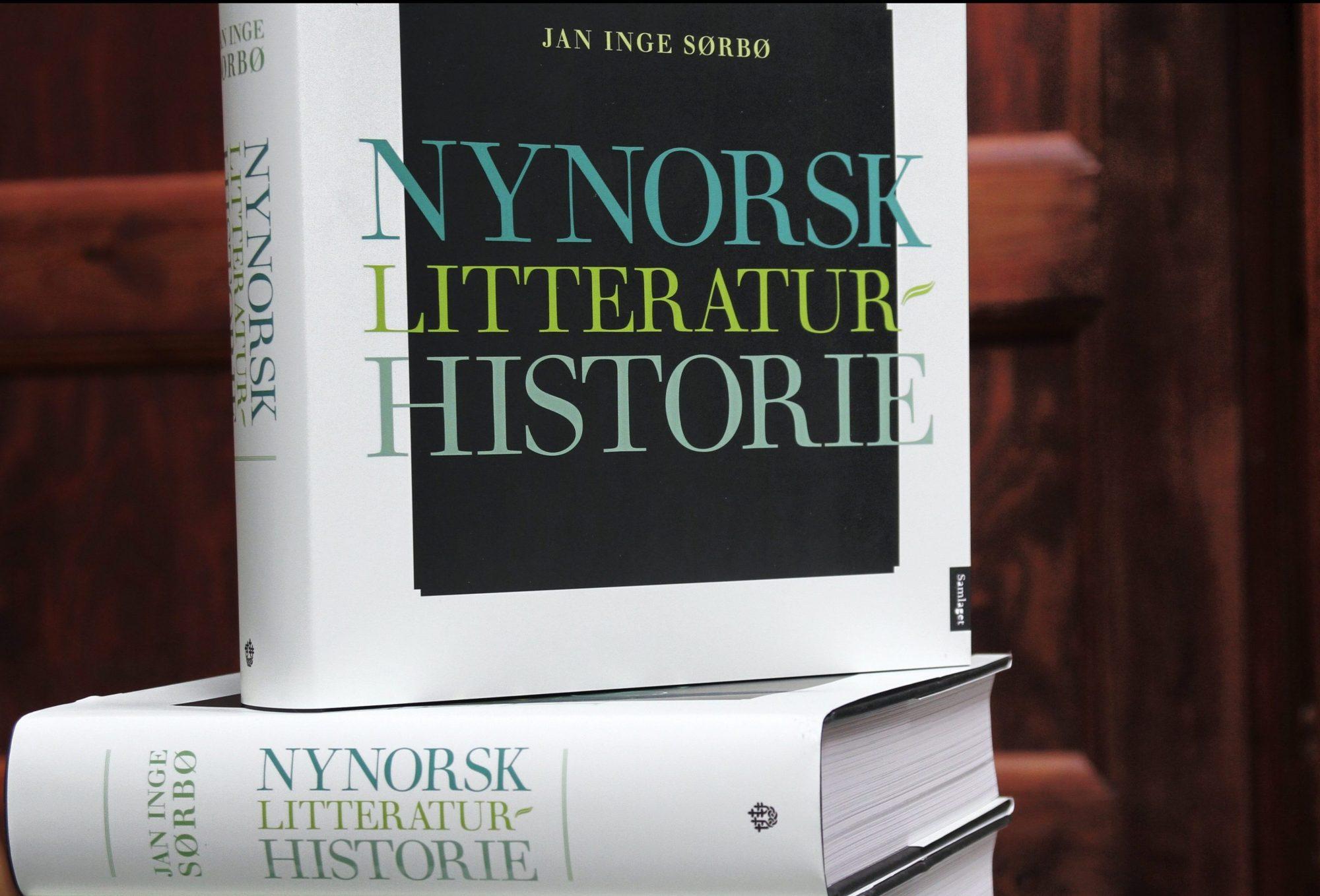 STORT VERK: Nynorsk litteraturhistorie er den første i sitt slag. Boka er på heile 680 sider og veg 2,2 kilo. Foto: Margunn Sundfjord / NPK