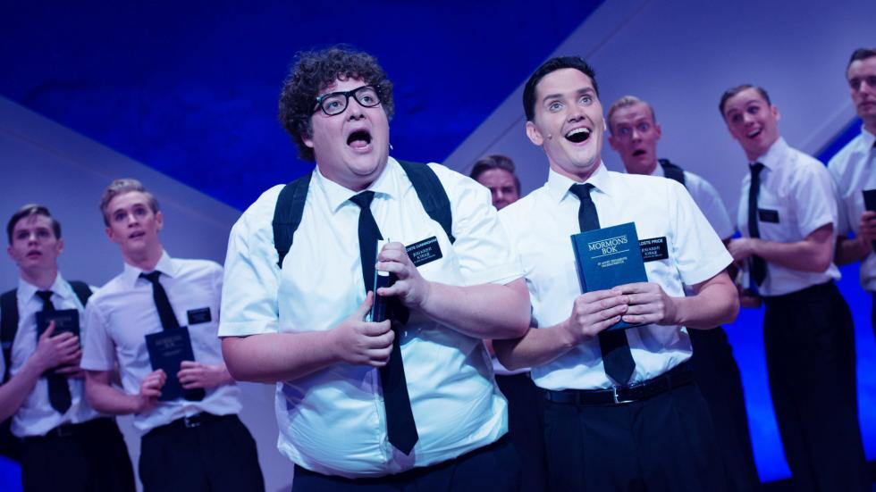 Kristoffer Olsen (t.v.) er Hedda-nominert for årets beste mannlege hovudrolle i «The Book of Mormon» på Det Norske Teatret. FOTO: DET NORSKE TEATRET