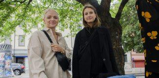 – Det har blitt ei trend å kjøpe brukt, noko eg synest er veldig kult. Eg håpar det held fram, fordi det er mykje betre for miljøet, seier Julie Solberg (t.h.) Både ho og venninna Frida Gustavson har blitt flinkare å handle brukt.