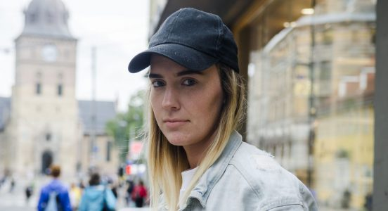 Susanne Skogstad frå Eid har gjort seg bemerka for debutromanen «Svartstilla», som handlar om ei gamal kvinne.
