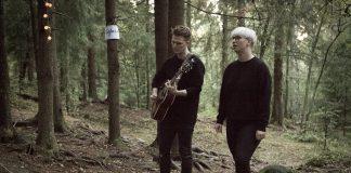 Det har byrja å skumre i skogen når The Other End speler. Foto: Andrea Nicolaysen, Sofar Oslo